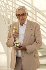 Berlin  Deutschland  Sir Kenneth Adam  Szenenbildner  mit seinem ersten Oscar