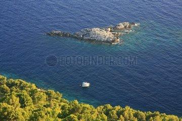 Kroatien  Sued-Dalmatien  Insel MLJET  Steinhaufen unterhalb Maranovicis