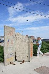 Portland  USA  Reste der Berliner Mauer im Hafen von Portland