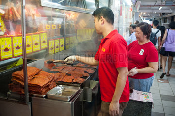 Singapur  Republik Singapur  Zubereitung von Bakkwa in Chinatown  einer Spezialitaet aus Schweinefleisch