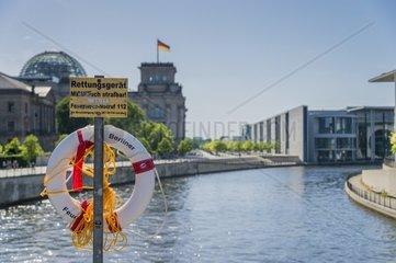 Rettungsring auf einer Bruecke am Spreeufer vor dem Reichstag und dem Bundestagsgebaeude