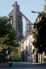 Duisburg  Deutschland  eine Strasse in Bruckhausen  im Hintergrund der Hochofen 8
