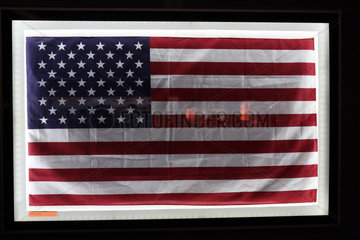 Merritt Island  USA  Nationalfahne der USA hinter Glas