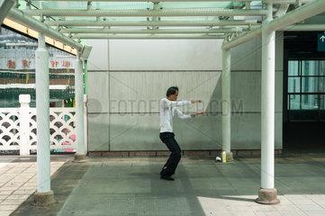 Singapur  Republik Singapur  Mann praktiziert in Chinatown Tai chi