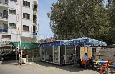 Nikosia  Tuerkische Republik Nordzypern  Getraenkebude am Checkpoint Ledra Palace Hotel