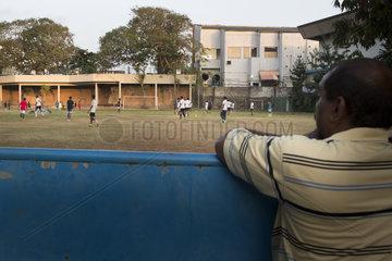 Fussballspielende Jungen in Sri Lanka