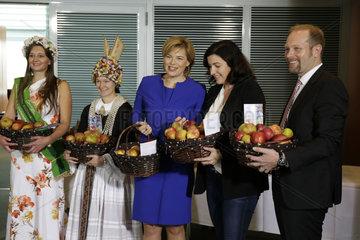 Ueberreichung der traditionellen Apfelpraesente an die Kabinettsmitglieder durch die Apfelkoeniginnen  Bundeskanzleramt