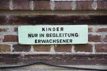 Kinder nur in Begleitung Erwachsener Schild auf Ziegelmauer