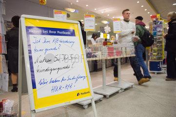 Berlin  Deutschland  Werbung fuer eine KfZ-Versicherung von der Postbank