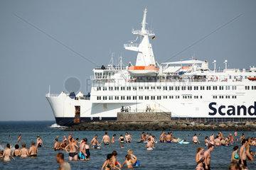 Rostock-Warnemuende  Deutschland  Urlauber am Strand und RoPax-Faehre