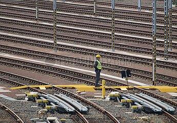 Arbeiter auf Gleisanlage