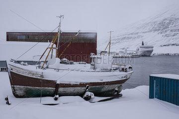Fjord der Feuerstelle  Island  Faehre der Smyril Line im Hafen