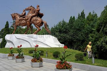 Pjoengjang  Nordkorea  Bronzefigur mit Kim Jong-il auf dem Gelaende des Mansudae Kunststudio