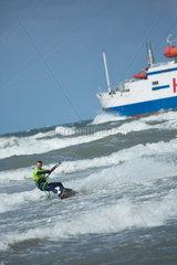 Rostock  Deutschland  Kitesurfer und Schiff in der Ostsee