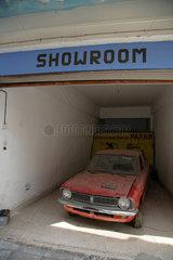 Nikosia  Zypern  ein verstaubtes Auto im Maple House  ehem. Standort kanadischer UN-Soldaten