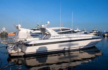 Genua  Italien  Luxusyacht im Hafen von Genua