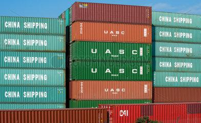 Genua  Italien  Containerstapel im Hafen