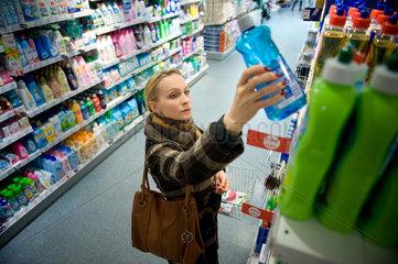Berlin  Deutschland  eine Frau in einer Drogerie