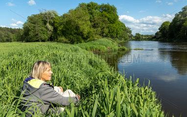 Starczanowo  Polen  eine Frau geniesst die Natur an der Warthe