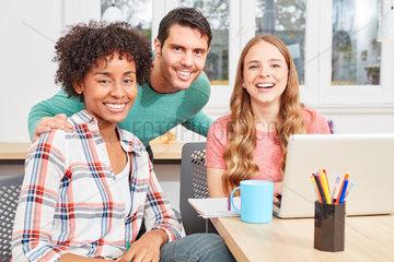 Kreatives Start-Up Team mit Laptop hat Spass