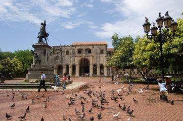 Santo Domingo  Dominikanische Republik  die Kathedrale und das Kolumbus-Denkmal