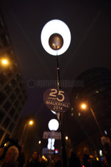Berlin  Deutschland  Ballon der Lichtinstallation Lichtgrenze zum 25. Jahrestag des Mauerfalls