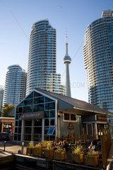 Toronto  Kanada  Stadtansicht in Harbourfront vor Hochhaeusern mit dem CN Tower