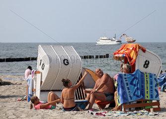 Kuehlungsborn  Deutschland  Maedchen am Strand deutet auf eine Moewe