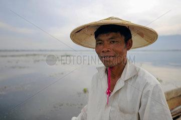 Nyaung Shwe  Myanmar  Portraet eines Fischers auf dem Inle-See