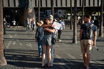 Sydney  Australien  Ein Mann umarmt am Circular Quay eine Frau