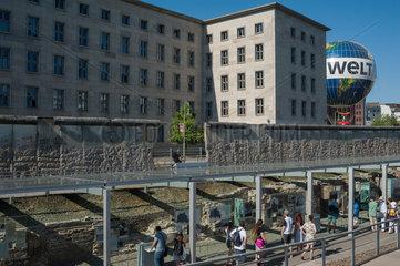 Berlin  Deutschland  Besucher in der Ausstellung Topographie des Terrors