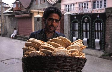Srinagar  Indien  Brotverkaeufer in Srinagar