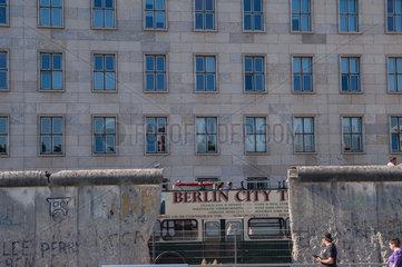 Berlin  Deutschland  Teilstueck der Berliner Mauer in der Ausstellung Topographie des Terrors