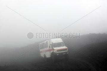 Catania  Italien  Gelaendegaengiger Personenbus der Funivia dell' Etna im Nebel