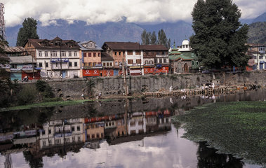 Srinagar  Indien  Haeuserzeile entlang eines Flusses
