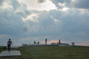 Berlin  Deutschland  Jugendliche auf einer Skaterbahn auf dem Tempelhofer Feld