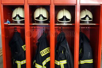 Berlin  Deutschland  Spinde mit Helmen und Jacken bei der Feuerwehr