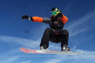 Kloesterle am Arlberg  Oesterreich  ein Junge faehrt Snowboard