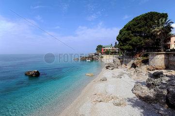 Dhermi  Albanien  Blick ueber den Strand