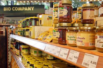 Berlin  Deutschland  Honigprodukte in einem Regal der Bio Company