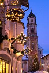 Mittenwald  Deutschland  weihnachtlich geschmueckte Altstadt