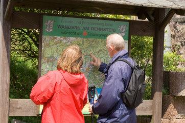 Brotterode  Deutschland  Wanderer an einem Lageplan fuer den Rennsteig