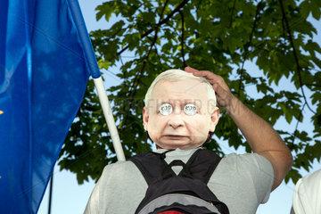 Warschau  Polen  Demonstrant mit Kaczynski-Maske am Hinterkopf
