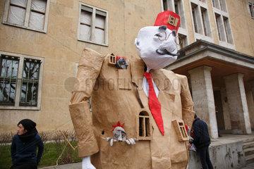 Berlin  Deutschland  Karneval der Gefluechteten am Platz der Luftbruecke
