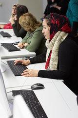 Berlin  Deutschland  Fluechtlingsfrauen lernen den Umgang mit dem Computer