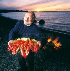 St. Johns  Kanada  ein Mann zeigt frisch zubereiteten Lobster