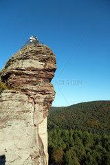 Lembach  Frankreich  Besucher auf einer Aussichtsplattform der Burg Fleckenstein