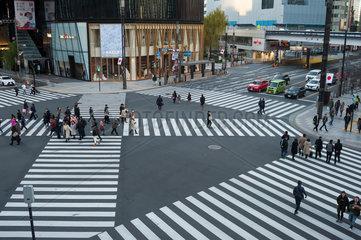 Tokio  Japan  Fussgaengerkreuzung in Ginza