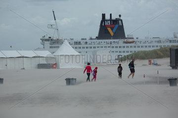 Rostock  Deutschland  Sturm am Warnemuender Strand