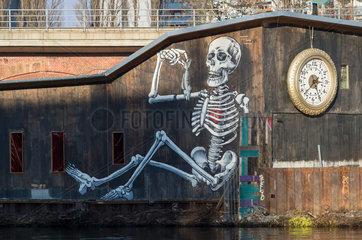 Berlin  Deutschland  Skelett an der Fassade des Kater Blau